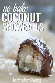 Coconut Snowballs are a simple, easy-to-make cookie recipe that doesn't involve any baking. These cookies only take 5 minutes to make, and the melted chocolate makes them taste just like candy. These are great for holidays, family gatherings, or any time Just Desserts, Delicious Desserts, Yummy Food, Coconut Desserts, 5 Minute Desserts, Desserts Nutella, Easy No Bake Desserts, Delicious Cookies, Baking Desserts