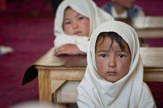 İnsan Irkının En Çarpıcı Fotoğrafları - Afgan bir çocuk öğrenci, Afganistan  Afghan Images Social Net Work:  سی افغانستان: شبکه اجتماعی تصویر افغانستان http://seeafghanistan.com