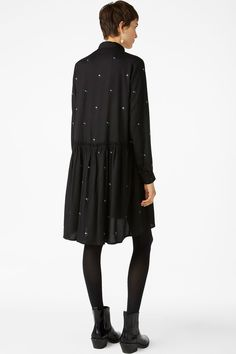 <p>An oversized long sleeved shirt dress with hidden buttons in the front and ruffled details around the waist. Yaas!<br />This style is online exclusive.<b
