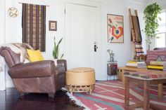 Alex and Max's Earthy and Eclectic Venice Bungalow Earthy Home Decor, Eclectic Decor, Corner Furniture, Small Rooms, Nice Rooms, Wood Shelves, Interior Design Living Room, House Tours, Bungalow