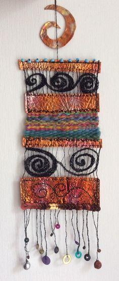 fun and easy weaving Weaving Textiles, Tapestry Weaving, Loom Weaving, Hand Weaving, Yarn Crafts, Fabric Crafts, Art Du Fil, Creative Textiles, Textile Fiber Art