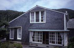 写真-1 震災前のスレートの家。屋根や壁の全体に使用されている。窓枠や破風板の白がアクセントとして美しい