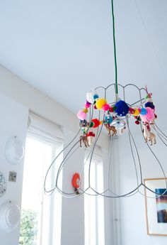 Lamp frame with DIY animal and Pom Pom garland. Diy Luminaire, Craft Projects, Projects To Try, Diy And Crafts, Arts And Crafts, Lampshades, Lampshade Ideas, Home Deco, Decoration