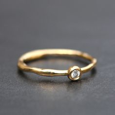Alliance Première Rosée en or et diamant de Laurence Oppermann pour l'atelier des bijoux créateurs./