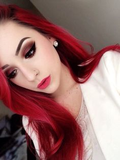 We love the reddish smoky eye with her hair color.