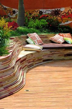organic garden bench / create by deck area Garden Seating, Outdoor Seating, Outdoor Rooms, Outdoor Gardens, Outdoor Living, Outdoor Decor, Curved Bench, Curved Walls, Porches