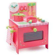 La cocina de Lili Rose de Djeco es de madera, está pintada en bonitos tonos rosas y contiene todos los utensilios necesarios para empezar a crear tus deliciosos platos.