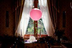 Krzesełko Lili zostało udekorowane tiulowym skirtingiem oraz różowym balonem gigantem z ruskusem. Dodatkowo krzesełko Lili zostało umieszczone w blasku promieni słonecznych, aby cały czas wyróżniała się na tle innych gości | Fot. www.blyskotliwy.com