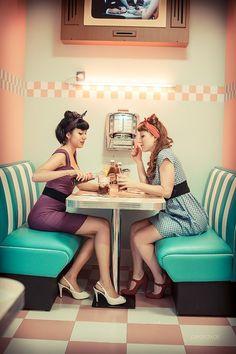 Le rockabilly est un sous-genre du rock 'n' roll ayant émergé au début des années 1950. Le terme est un mot-valise entre rock et hillbilly.cette subculture ont tendance à adopter un habillement et une attitude scénique caractéristiques : coiffure « banane », blousons de cuir noir, costumes inspirés par les « hipsters » avec chemise à col ouvert et sans cravate pour les garçons, robes chiffon ou chemisettes et « pedal pushers (en) » (corsaires) pour les filles.