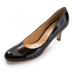 Chloeエナメル黒 Kitten Heels, Loafers, Chloe, Fashion, Travel Shoes, Moda, Moccasins, Fashion Styles, Fashion Illustrations