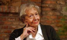 De la mano de la editorial Malpaso, traducido y por prologado por Manuel Bellmunt Serrano, se reúne por primera vez, en un volumen toda la prosa de la Premio Nobel de Literatura Wislawa Szymborska.
