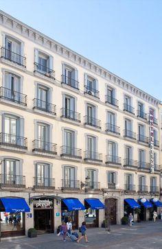 Construido respetando la estructura de un edificio de 1871, el Hostal Persal está situado en el Barrio de las Letras, en pleno centro histórico y turístico de Madrid, a 100 metros de la Puerta del Sol, junto a la Plaza de Santa Ana y muy próximo a la Plaza Mayor y a los museos del Prado, Thyssen y Reina Sofía.  El Hostal Persal se encuentra en una zona peatonal, con acceso para taxis y vehículos particulares hasta su puerta.