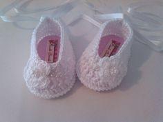 Sapatinho de croche   Confeccionados com linha 100% algodão  Tamanhos:  14 - 0 a 2 meses 15 - 2 a 4 meses 16 - 4 a 6 meses  Informe o tamanho no ato da compra R$ 25,00