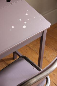détail pochoir sur pupitre Armoire En Pin, Chaise Diy, Star Cloud, Pretty Patterns, Drafting Desk, Decoration, Kids Room, New Homes, Crafting