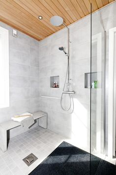 Kannustalon Helmi - Kylpyhuone | Asuntomessut Bathroom Toilets, Laundry In Bathroom, Bathroom Inspo, Bathroom Cleaning, Bathroom Inspiration, Bathroom Interior, Modern Bathroom, Cosy Interior, Sauna Room