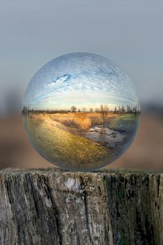 - Opdracht 3 - Onderzoek - world in glass ball/sphere Glass Photography, Reflection Photography, Macro Photography, Creative Photography, Amazing Photography, Landscape Photography, Nature Pictures, Cool Pictures, Cool Photos