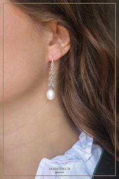 Trachtenschmuck kommt in allen Größen, Formen, Farben und Stilen. Was wir besonders an diesen schicken Perlen Ohrringen lieben? Sie setzen ein Statement, sind aber dennoch edel und verleihen dem Träger eine gewisse Eleganz, die gut zum Dirndl passt! Pearl Earrings, Drop Earrings, Pearls, Jewelry, Fashion, Stud Earring, Nice Asses, Dirndl, Moda