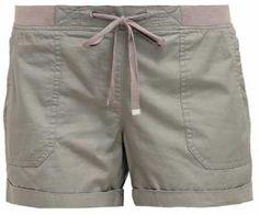 Pantalones Cortos Online Para Mujer No hay mayor sinónimo de periodo estival que los pantalones cortos. Por cualquier sitio que vayas, a nadie verás con al Casual Shorts, Casual Outfits, Hot Pants, Summer Looks, Fashion Pants, Summer Outfits, Green, Outdoor, Fashion Hacks