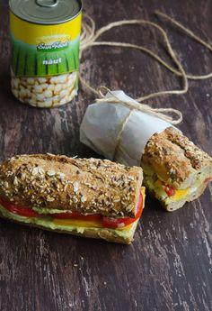 Sandvis cu pasta de naut, avocado si rosii - Din secretele bucătăriei chinezești Avocado, Sandwiches, Tasty, Food, Lawyer, Essen, Meals, Paninis, Yemek