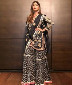Shilpa Shetty Picture Gallery image # 376754 at Baba Siddiqui Iftar Party 2018 containing well categorized pictures,photos,pics and images. Bollywood Outfits, Eid Outfits, Pakistani Outfits, Bridal Outfits, Bollywood Fashion, Indian Outfits, Western Outfits, Bollywood Actress, Bollywood Saree