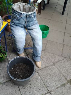 the bucket of potting soil is already ready, here slow-release fertilizer has been added to . Garden Ideas To Make, Diy Garden Projects, Flower Planters, Diy Planters, Unique Garden, Cheap Patio Furniture, Front Elevation Designs, Gardening Gloves, Gardening Books