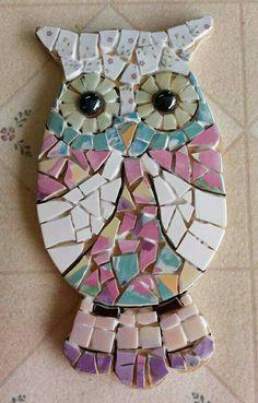 Sweet little owl. Lisa Still needs grout Gaudi Mosaic, Owl Mosaic, Mosaic Tray, Mosaic Garden Art, Mosaic Tile Art, Mosaic Flower Pots, Mosaic Birds, Mosaic Glass, Cat Quilt Patterns