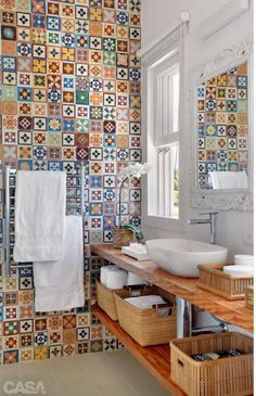 Fliesen-Deko Ideen: extravagantes Badezimmer mit marokkanischen Fliesen: bunte M… Tiled decoration ideas: extravagant bathroom with Moroccan tiles: colorful pattern Funky Bathroom, Bathroom Colors, Modern Bathroom, Small Bathroom, Bathroom Designs, Bathroom Ideas, Kitchen Colors, Bathroom Baskets, Colorful Bathroom