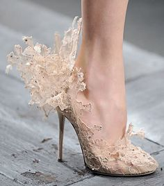 Valentino Couture Lace Shoes, Valentino, Valentino Garavani, haute couture - is this not the most gorgeous shoes you ever saw? Valentino Couture, Valentino Shoes, Valentino Bridal, Valentino Garavani Shoes, Valentino Women, Pretty Shoes, Beautiful Shoes, Awesome Shoes, Amazing Heels