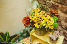 Flores do campo fazem a diferença nesta mesa de festa junina: decoração e tradição