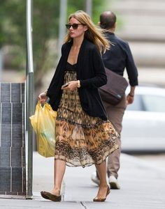 Olivia Palermo Photos Photos - Socialite Olivia Palermo is seen bringing home some groceries before heading to a photo shoot near her apartment in New York City, New York on July 28, 2014. Olivia recently married husband Johannes Huebl after 6 years of dating! - Olivia Palermo Poses in NYC
