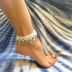 Boho chic, gypsy style, crochet, coin anklet, foot jewelry or choker. Bijoux Design, Anklet Designs, Crochet Barefoot Sandals, Beach Anklets, Crochet Accessories, Crochet Jewelry Patterns, Crochet Designs, Crochet Jewellery, Crochet Bracelet