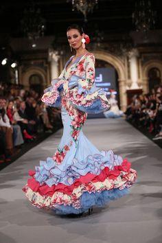 La diseñadora presenta 'Cuando nadie me ve' una colección en la que ha reinventado los patrones clásicos desestructurando el vestido de flamenca. Flamenco Costume, Flamenco Dancers, Flamenco Dresses, Diva Fashion, Fashion Art, Fashion Design, Cute Dresses, Beautiful Dresses, Formal Dresses