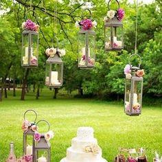 Se você quer uma forma diferente de decorar seu casamento, que tal optar pelas velas? Elas são lindas e super românticas!