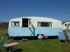 checkliste camping mit wohnwagen weiß blau