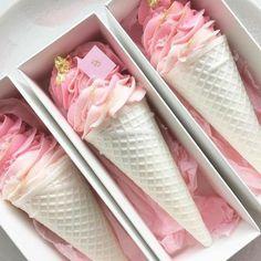 Mini Desserts For Party Meringue Cookies, Cake Cookies, Meringue Kisses, Mini Cakes, Cupcake Cakes, Nectar And Stone, Ice Cream Day, Ice Cream Theme, Mini Desserts