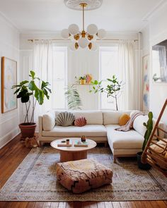 Retro and Bohemian Mix Ideas in a Bright Living Room, You Must See . Retro and Bohemian Mix Ideas in a Bright Living Room, You Must See . 80 Fall Decor Trends For A Modern Living Room Of Your Dreams Living Room Plants, Boho Living Room, Home And Living, Living Room Decor, House Plants, Bohemian Living, Bright Living Rooms, Retro Living Rooms, Cottage Living