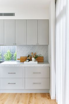 Grey cabinets,subtle front detail,marble look splashback matching counter top Kitchen Interior, New Kitchen, Kitchen Decor, Kitchen Design, Grey Shaker Kitchen, Kitchen Ideas, Room Kitchen, Grey Cabinets, Kitchen Cabinets