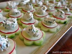"Wedding Food Garden Fresh Herbed Cucumber ""Flower"" Bites (via Madigan Made) Cucumber Flower, Cucumber Bites, Cucumber Appetizers, Radish Flowers, Mini Appetizers, Plats Ramadan, Fingers Food, Snacks Für Party, Appetisers"