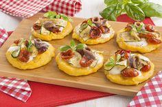 Pizzette di polenta, pomodorini secchi, zucchine e mozzarella