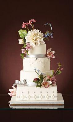 Bolo de quatro andares com decoração em tons de rosa e lilás; da The King Cake (www.thekingcake.com.br), a partir de R$ 1.500. Disponibilidade e preço pesquisados em dezembro de 2013 e sujeitos a alteração