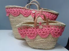 By Clara crochet: Capazos de palma natural, decorados a ganchillo. Crochet Handbags, Crochet Purses, Crochet Designs, Crochet Patterns, Diy Purse, Craft Bags, Womens Purses, Cute Bags, Love Crochet