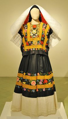 Worn by the Zapotec women from Tehuantepec are probably the best known indigenous trajes {costumes} from the state of Oaxaca. Mannequin wearing classic huipil, skirt, and headdress from the Isthmus. Museo Textil de Oaxaca