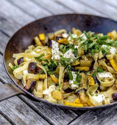 zucchini auberginen pasta 2 802x858 - Auberginen Zucchini Pasta mit Schafskäse