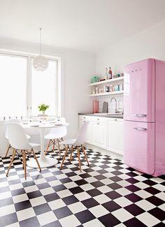 Geladeira rosa complementa o piso quadriculado P&B