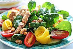 Exotischer Tamarinden Hähnchen Salat mit Mango, Erdnüssen und Kokos-Limetten Dressing