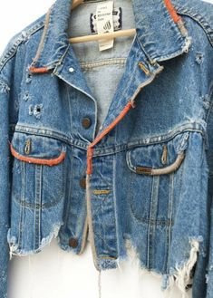 Pins On Denim Jacket, Lee Denim Jacket, Jean Jacket Outfits, Bleached Denim Jacket, Cropped Denim Jacket Outfit, Denim Jackets, Jean Jackets, Jean Jacket Design, Customised Denim Jacket