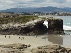 El verano casi se nos va así que hay que aprovechar las playas con buen tiempo, el destino de esta semana es: Playa de las Catedrales, Ribadeo la Playa de las Catedrales, en la costa de la provincia gallega de Lugo está formada por un conjunto de acantilados, algunos con más de 32 metros de altura, esculpidos por el viento y el mar convirtiendo a la playa en una maravilla natura.(fuente gráfica www.granjerodelburro.es) #OcioTeLoRecomienda #ociomoda