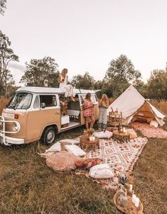 camping aesthetic 🍒❤️P I N T E R E S T : 𝙻𝙰𝚈𝙻𝙰 𝙵𝙻𝙾𝚁𝙰♥︎♥︎❤️🍒 // Dream camp set up, Picnic goals. Zelt Camping, Vw Camping, Camping Set Up, Camping Hacks, Camping Storage, Beach Camping, Camping Essentials, Camping Friends, Backpack Camping