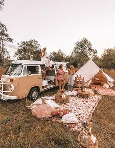 camping aesthetic 🍒❤️P I N T E R E S T : 𝙻𝙰𝚈𝙻𝙰 𝙵𝙻𝙾𝚁𝙰♥︎♥︎❤️🍒 // Dream camp set up, Picnic goals. Zelt Camping, Vw Camping, Camping Set Up, Camping Hacks, Camping Storage, Beach Camping, Camping Date, Camping Friends, Backpack Camping
