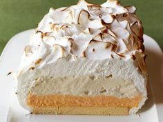 Baked Alaska : Use store-bought pound cake and orange sherbet for this easy-to-assemble dessert. via Food Network Ice Cream Desserts, Köstliche Desserts, Frozen Desserts, Frozen Treats, Dessert Recipes, Pie Recipes, Baked Alaska Recipe, Icebox Cake, Homemade Ice Cream